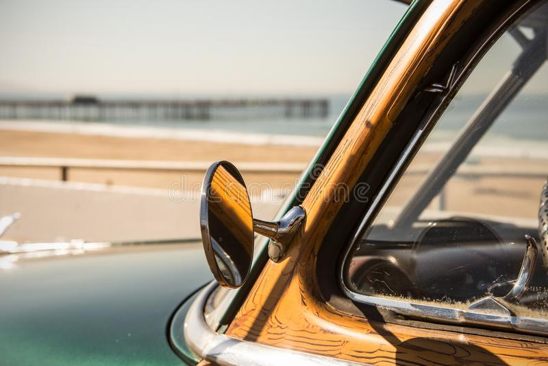 Odrewniały kipiel samochód w California przy plażą z molem fotografia royalty free