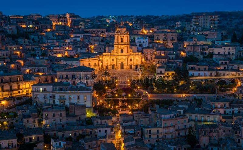 Odrobiny przy zmierzchem, zadziwiający miasto w prowinci Ragusa, w włoskim regionie Sicily obrazy royalty free