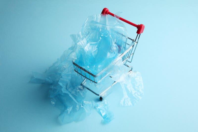 Odrzucenie plastikowi worki w przechuje troskliwy ?rodowiska fotografia royalty free