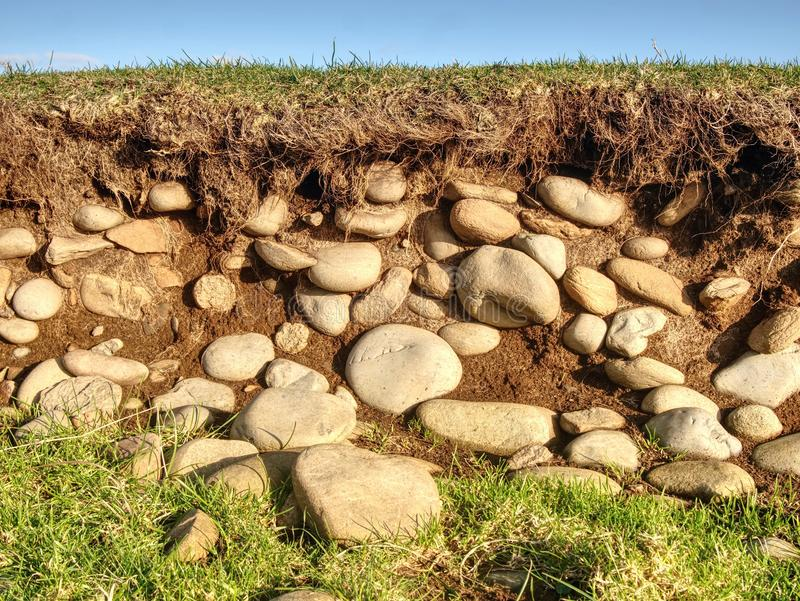 Odsłonięci kamienie gdy niski przypływ Zmniejszanie woda wśród suchego lata obraz royalty free