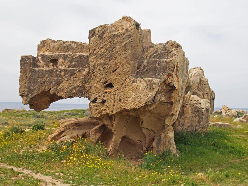 Odsłonięty rzeźbiący kamienny grobowiec z krokami w grobowu królewiątko teren w paphos ciborze zdjęcia stock