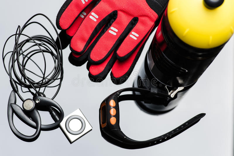 Odtwarzacz muzyczny, sporta zegarek, butelka i ręk rękawiczki, obrazy stock