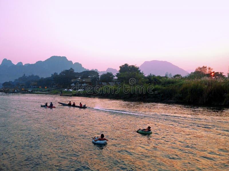 odtwarzanie Turystyczny kakaking i rurować wzdłuż rzeki fotografia stock