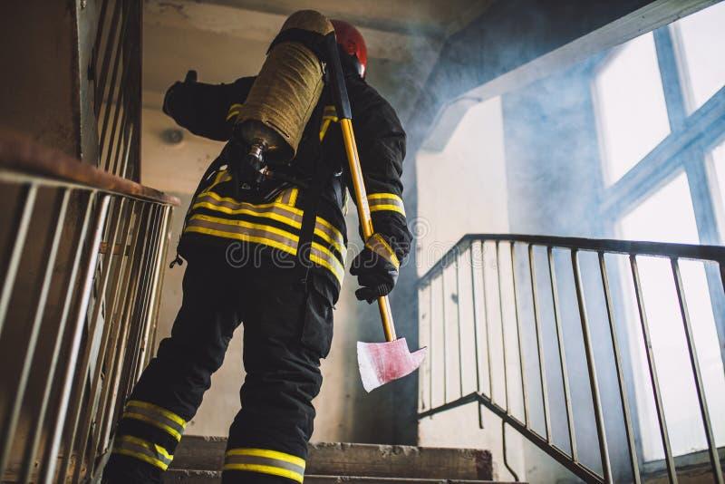 Odważny strażak w lądowaniu fotografia stock
