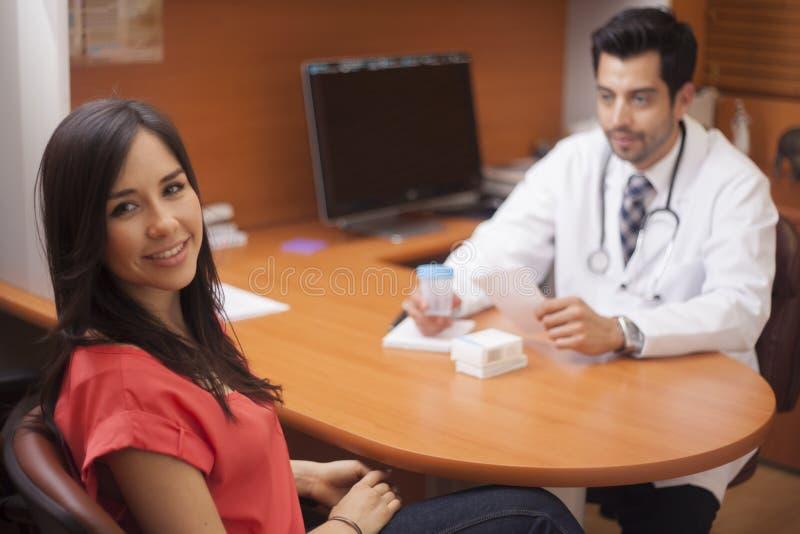 Odwiedzać lekarki biuro zdjęcie stock