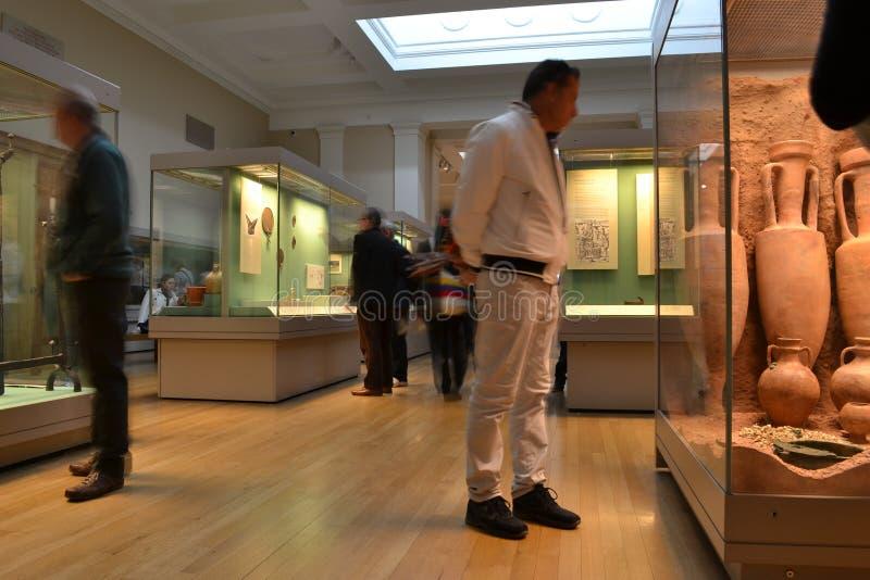 Download Odwiedzać muzealną wystawę zdjęcie editorial. Obraz złożonej z wystawa - 53785986