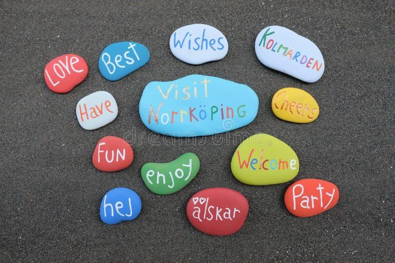 Odwiedza Norrkoping, Szwecja, pamiątka z barwionymi kamieniami nad naturalnym powulkanicznym piaskiem obraz stock