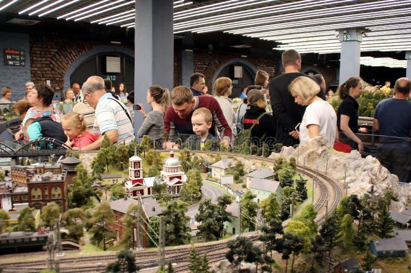 Odwiedzający muzeum z dziećmi obraz stock