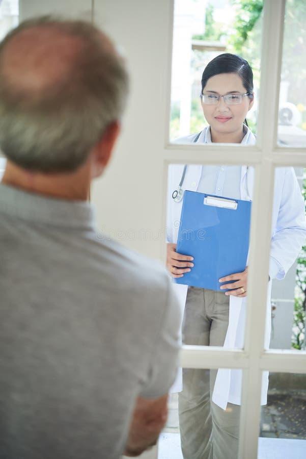Odwiedzający pacjenta w domu fotografia stock