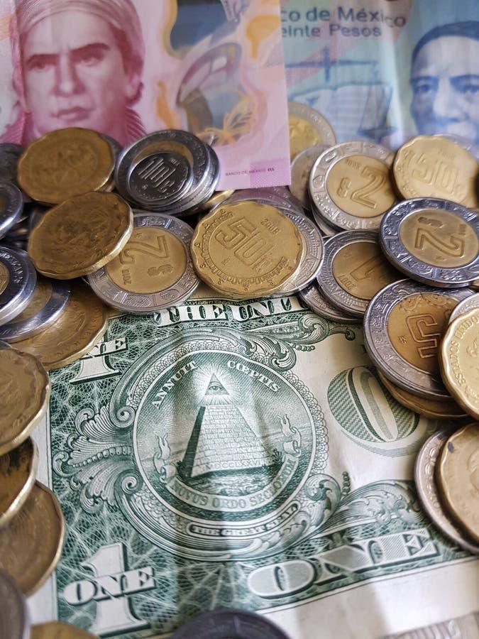 odwrotność amerykański dolarowy rachunek wraz z meksykańskimi banknotami i monetami, obraz royalty free
