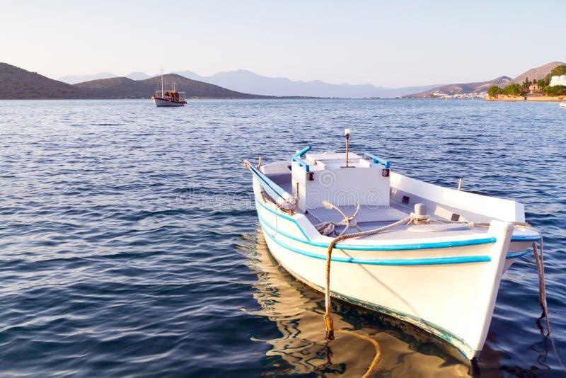 Download łodzi brzegowy Crete biel obraz stock. Obraz złożonej z europejczycy - 25631311