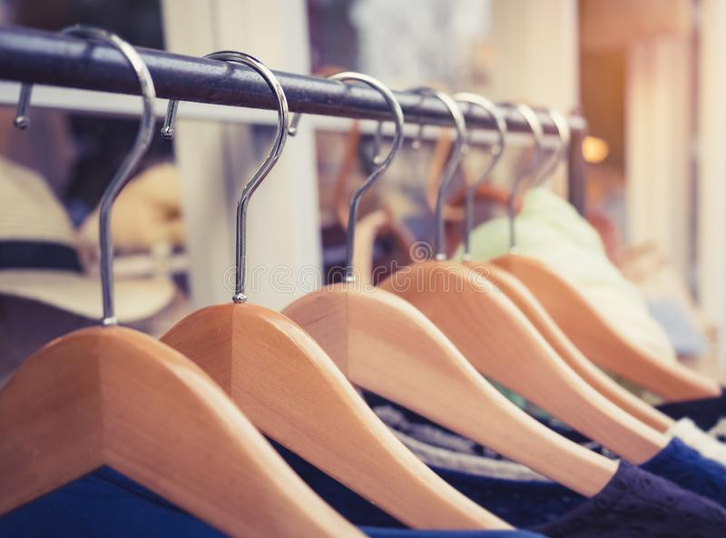 Odzież na Hangers Fashion Retail Display Shop Business zdjęcia royalty free