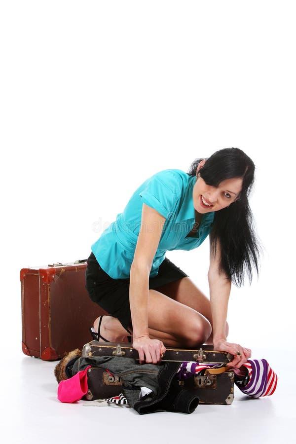 odzieżowej dziewczyny stara miejsca walizka próby obraz royalty free