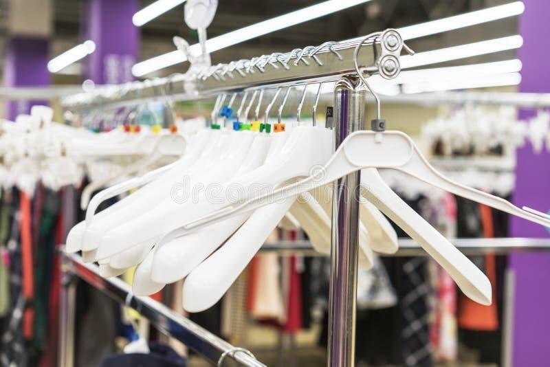 Odzieżowi wieszaki w sklepie Odziewa sklepu pojęcie sprzedaż obraz stock