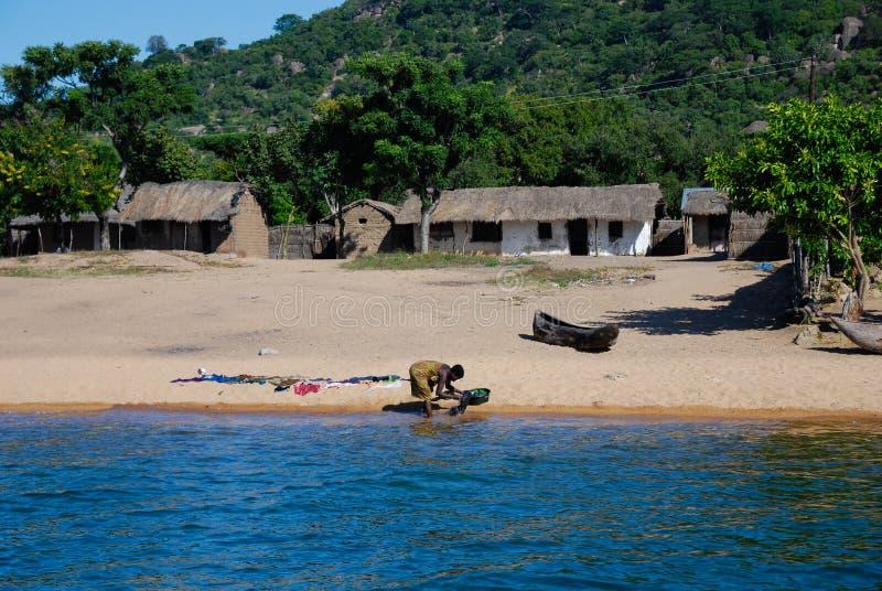 Odzieżowy domycie na Jeziornym Malawi zdjęcie stock