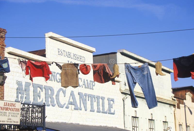 Odzieżowy obwieszenie na kreskowym outside Merkantylnym w Historycznych aniołach obozuje, gorączki złota miasteczko, CA zdjęcie stock