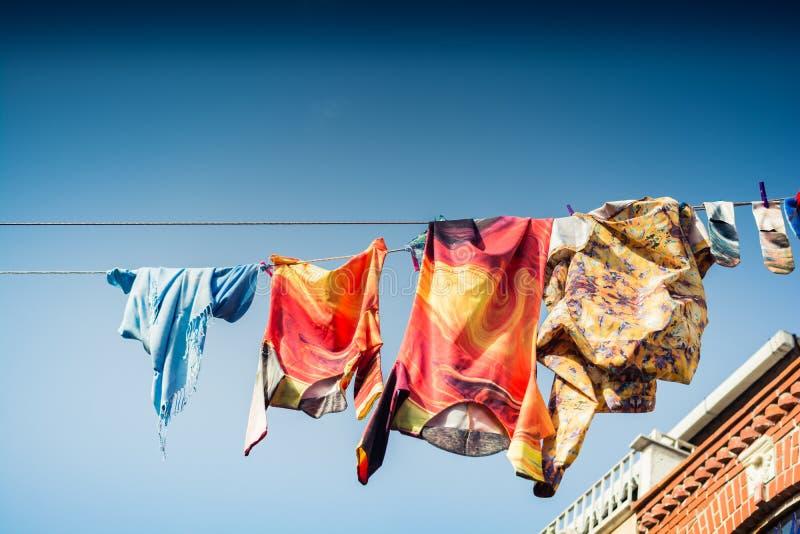 Odzieżowy obwieszenie od clothesline arkany w ulicie obrazy royalty free