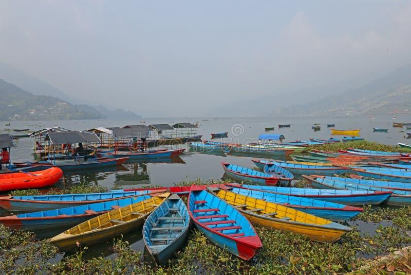Download Łodzie na jeziorze w Azja zdjęcie stock. Obraz złożonej z wyspa - 41952042