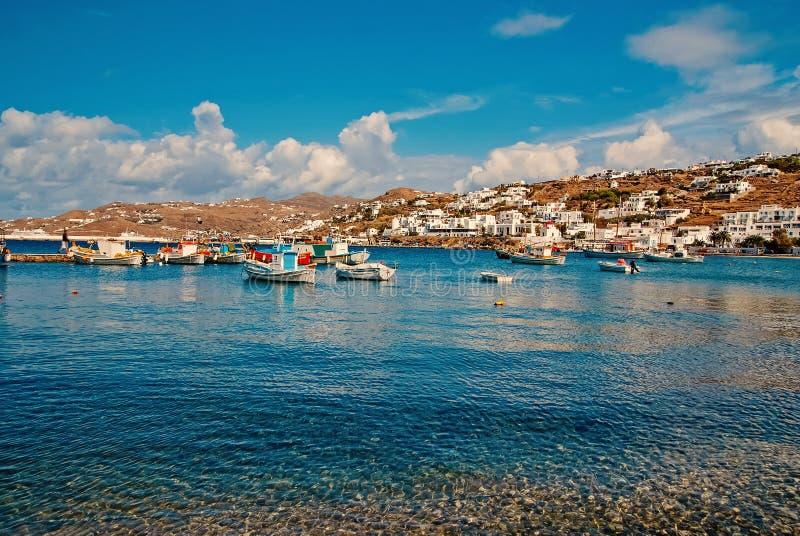 ?odzie na wodzie morskiej w Mykonos, Grecja Denna wioska na chmurnym niebieskim niebie Biel domy na g?ra krajobrazie z ?adnym zdjęcie stock