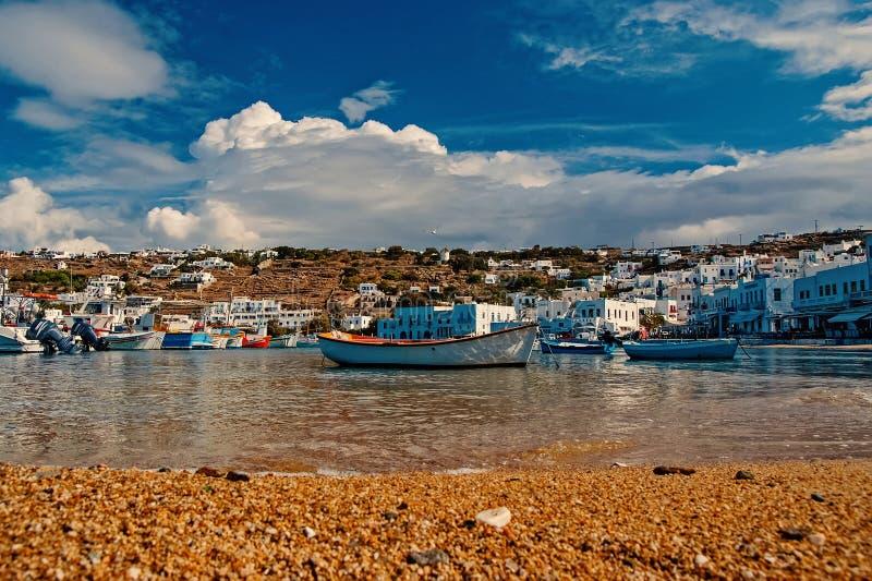 ?odzie rybackie na morzu wyrzuca? na brzeg w Mykonos, Grecja Denna wioska na chmurnym niebie Biel domy na g?ra krajobrazie z ?adn zdjęcia stock