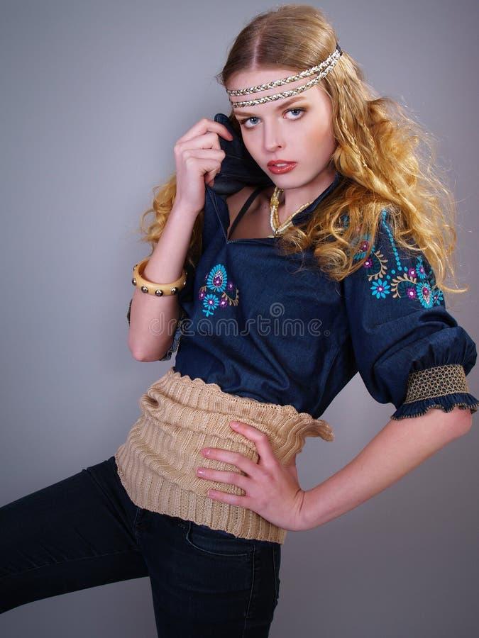 odziewa dziewczyna kędzierzawego modnego włosy zdjęcia royalty free