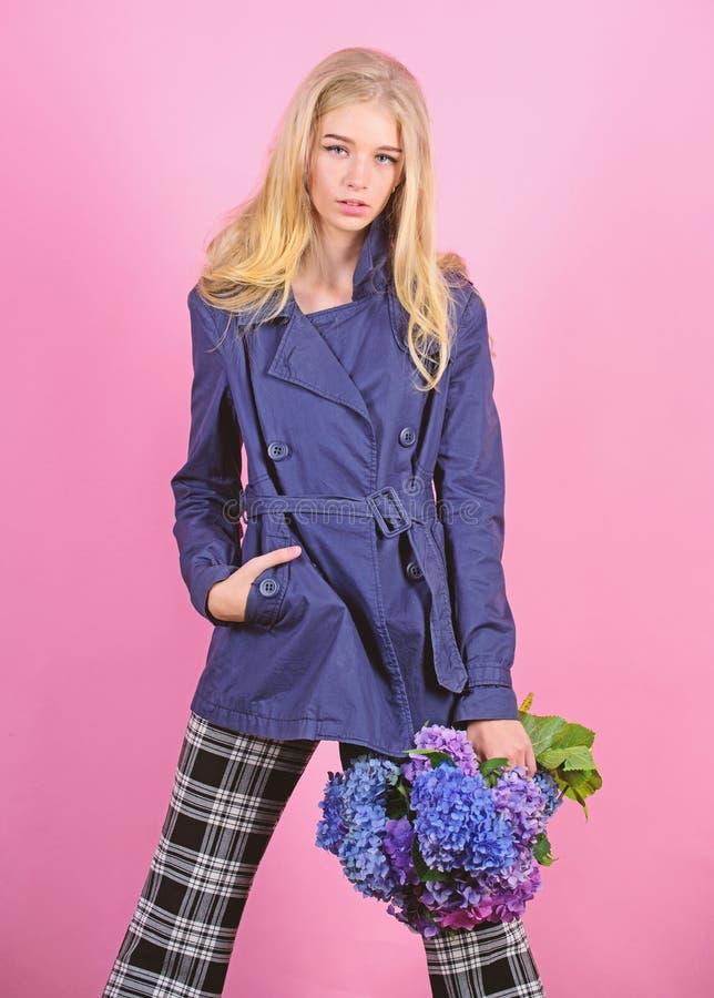 Odziewa i akcesorium Dziewczyny mody modela odzie?y ?akiet dla wiosny i jesie? przyprawiamy Okopu ?akieta mody trend Musi mie? obraz royalty free