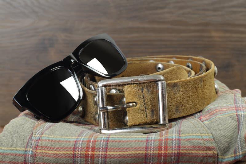 Odziewa i popędza gro, buty i akcesoria - zbliżenie okulary przeciwsłoneczni fotografia royalty free