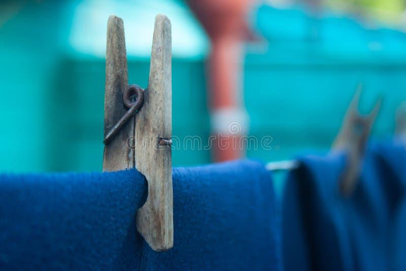 Odziewa na clothespins zdjęcia stock