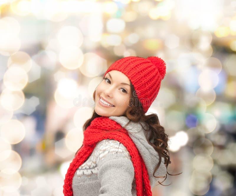 odziewa uśmiechniętych zima kobiety potomstwa obraz stock