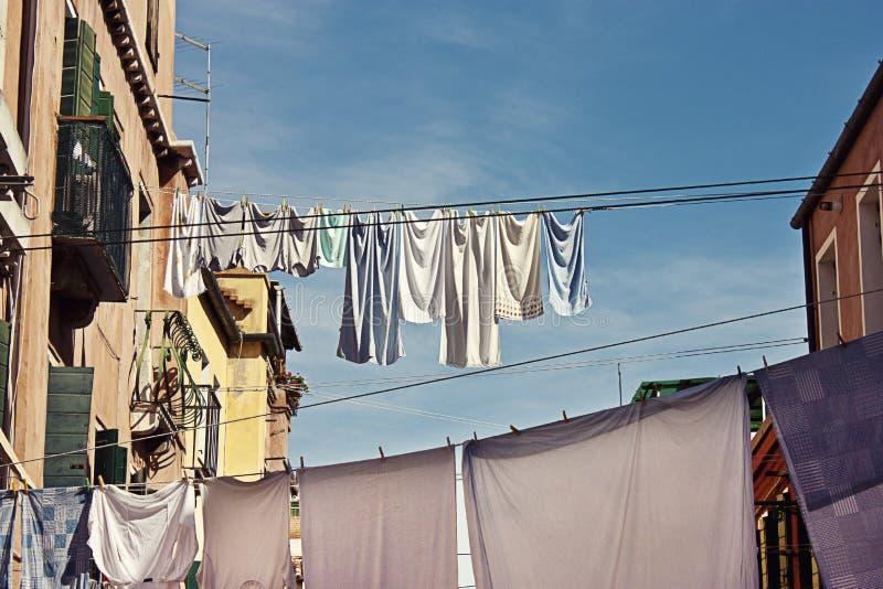 Odziewa wiszącego out na tradycyjnej Wenecja ulicie obrazy stock