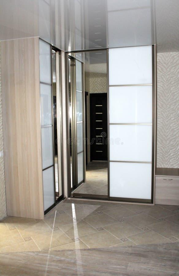 Odzwierciedlać ślizgowego drzwi garderoby obrazy stock
