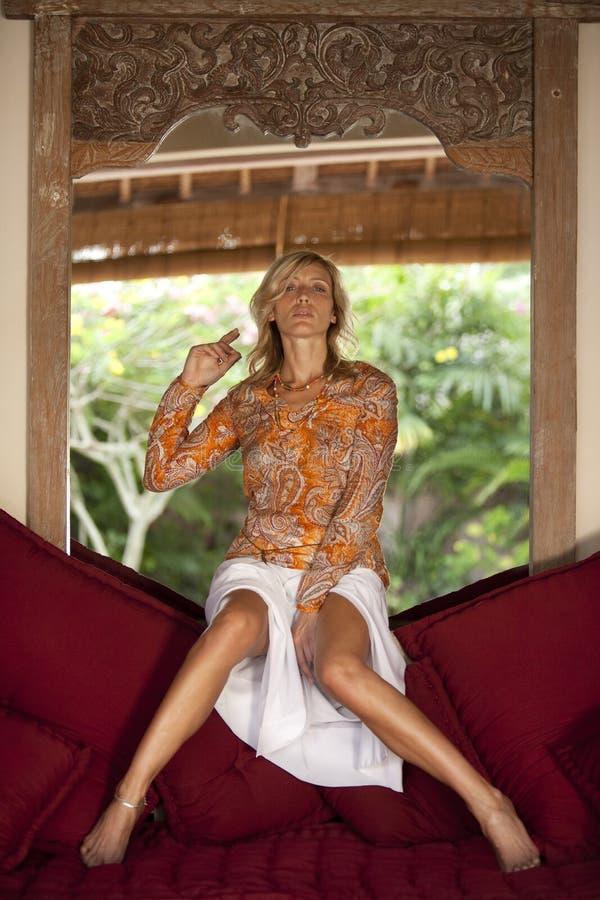 odzwierciedla modelarskiej pobliski kobiety obrazy royalty free