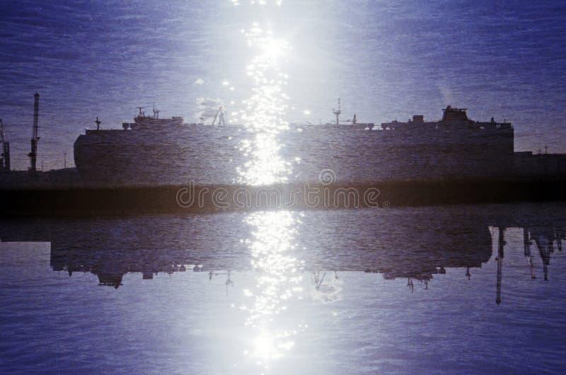 Odzwierciedlający dwoisty ujawnienie ładunku statek zdjęcie stock