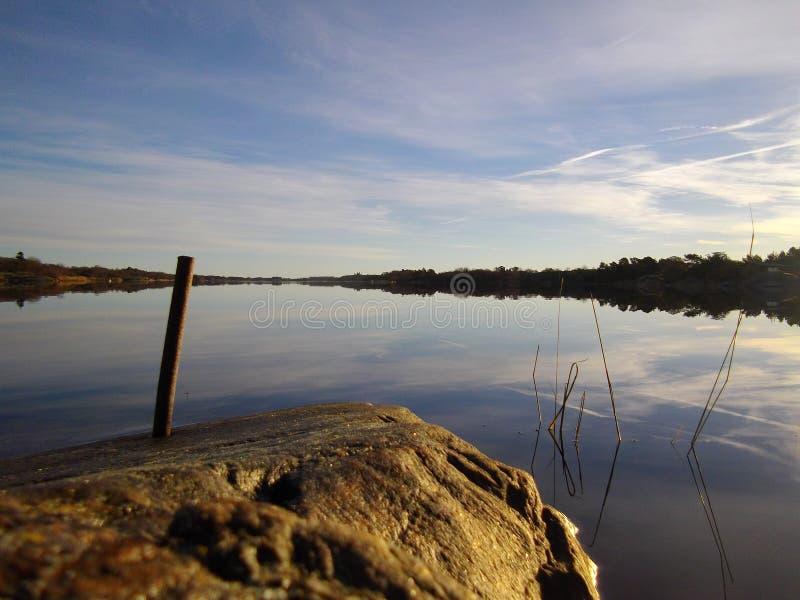 Odzwierciedlający niebo w wodzie zdjęcia stock