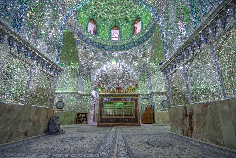 Odzwierciedlający wnętrze Ali Ibn hamzy świątynia w Shiraz, Iran fotografia royalty free