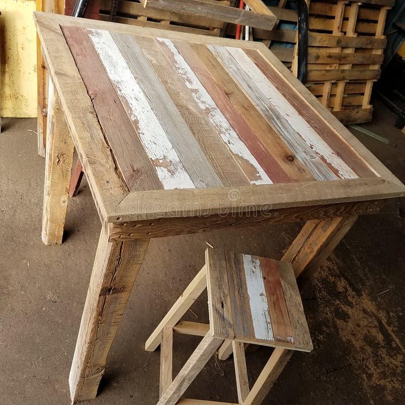 Odzyskujący drewniany pubu stół zdjęcie royalty free