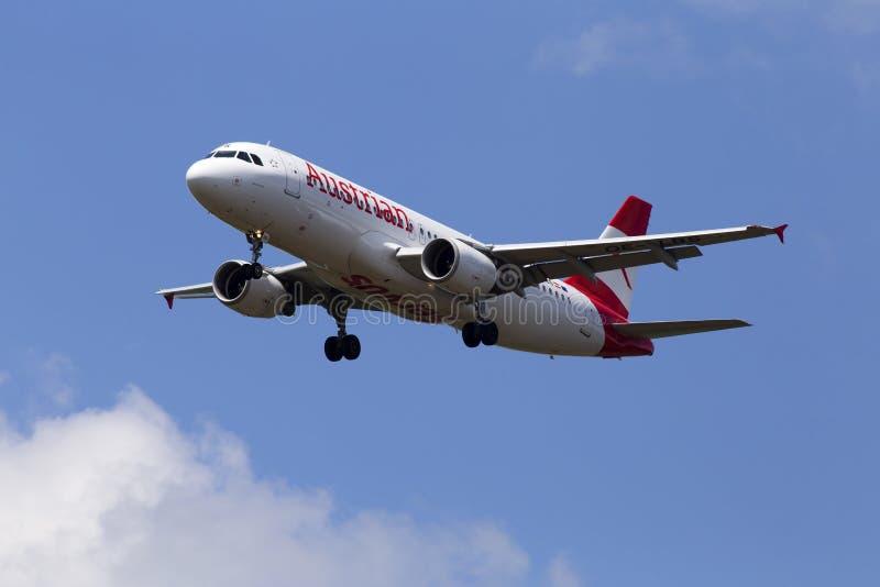 Oe-λίβρες αεροσκάφη airbus A320-214 της Austrian Airlines στο νεφελώδες υπόβαθρο ουρανού στοκ φωτογραφίες με δικαίωμα ελεύθερης χρήσης