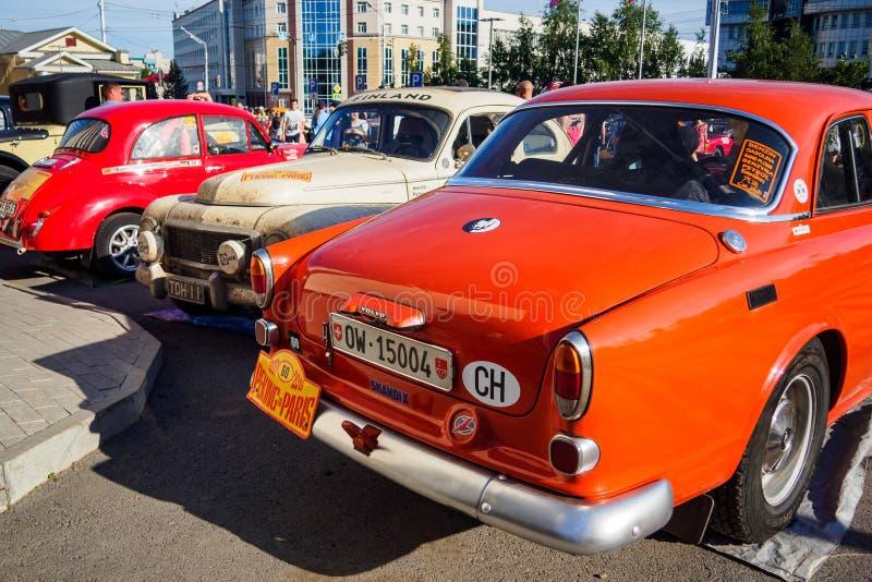 Oefa, Rusland, 22 Juni 2019: 7de Peking aan de Motoruitdaging van Parijs Verscheidene geparkeerde auto's, achtermening royalty-vrije stock afbeeldingen