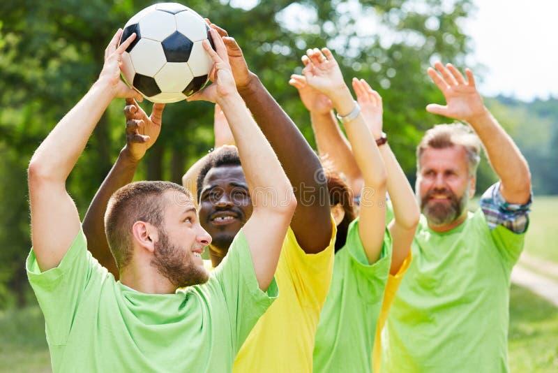 Oefening met voetbal bij de teambuilding gebeurtenis royalty-vrije stock foto