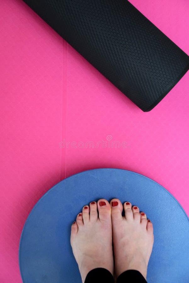 Oefening met yogamat, schuimrol en saldoraad royalty-vrije stock fotografie
