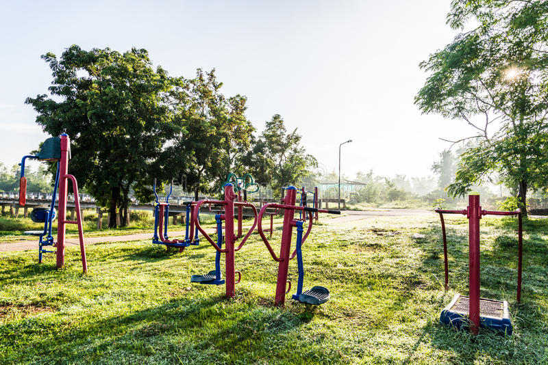 Oefeningsmateriaal in openbaar park op zonsopgang stock fotografie