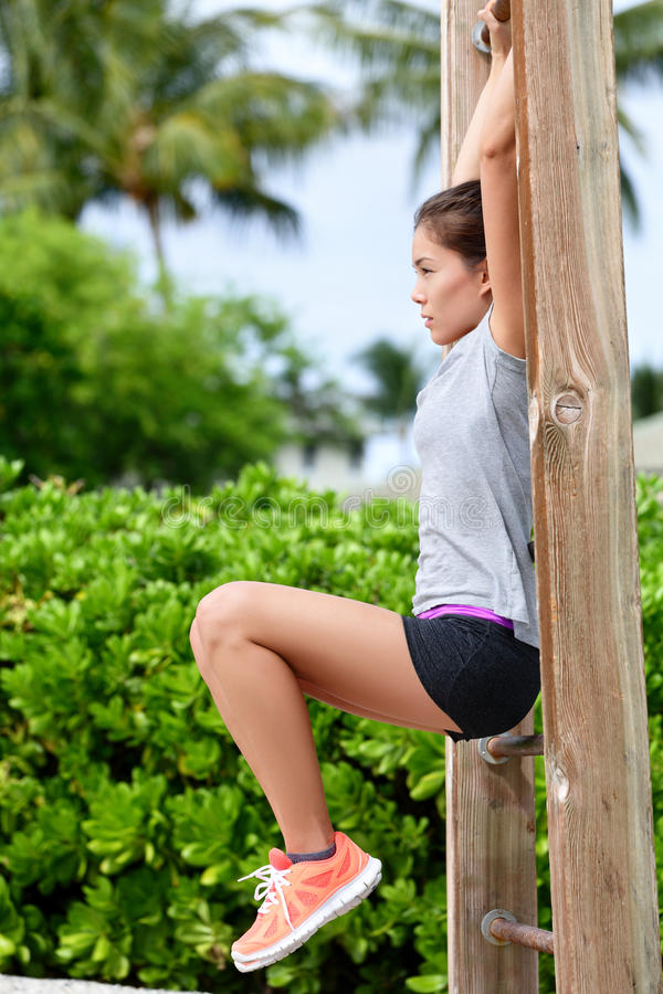 Oefeningsvrouw die abs training op strandgymnastiek doet royalty-vrije stock afbeelding