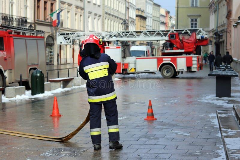 Oefent brandbrigade in het oude deel van de stad in de winter uit Verwijdering van brand en natuurrampen Se van de noodsituatiere stock foto's