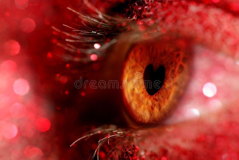 Oeil avec l'iris sous forme de coeur photos stock