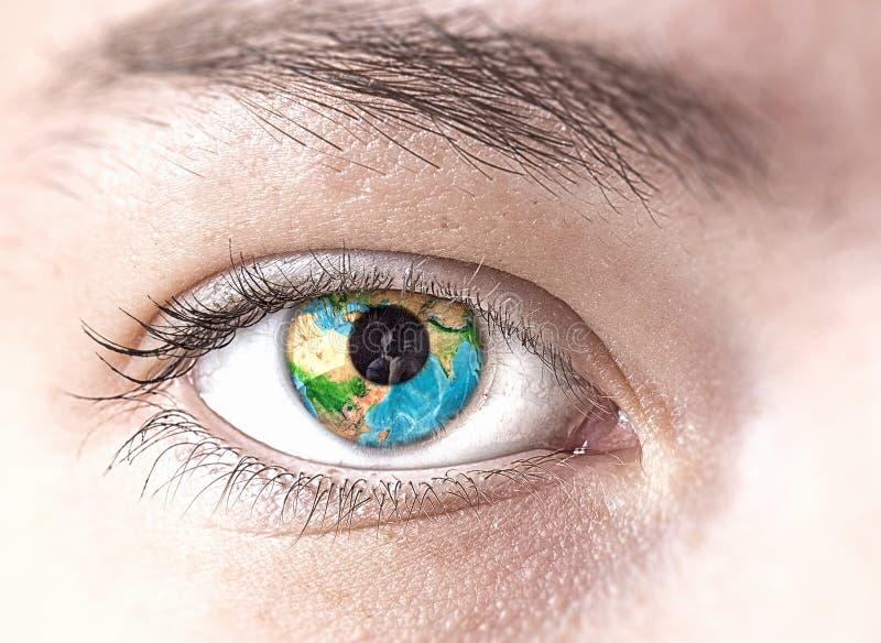 Oeil avec la planète de la terre photographie stock libre de droits