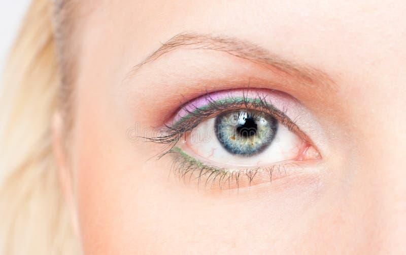 Oeil avec le renivellement rose et vert photo libre de droits