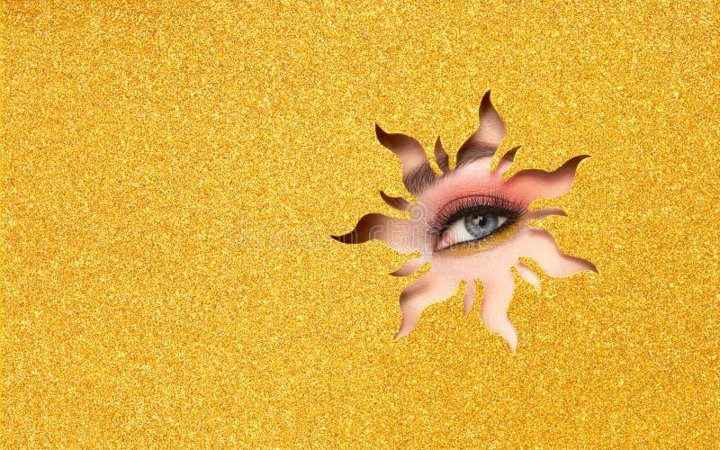 Oeil d'une jeune belle femme avec un maquillage de beauté image libre de droits