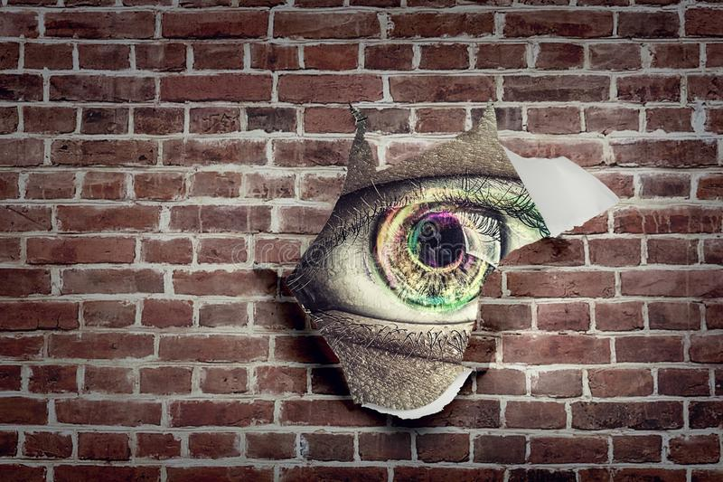 Oeil dans un trou de papier déchiré photos libres de droits