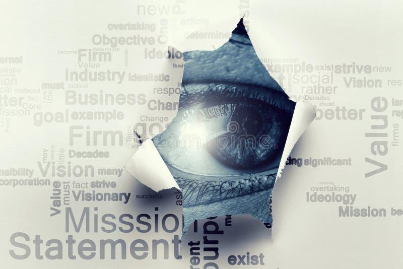 Oeil dans un trou de papier d?chir? images libres de droits