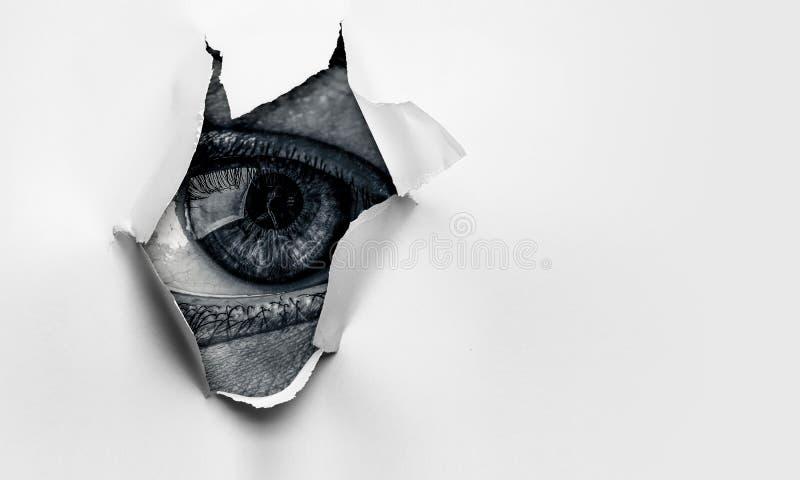 Oeil dans un trou de papier d?chir? photographie stock libre de droits